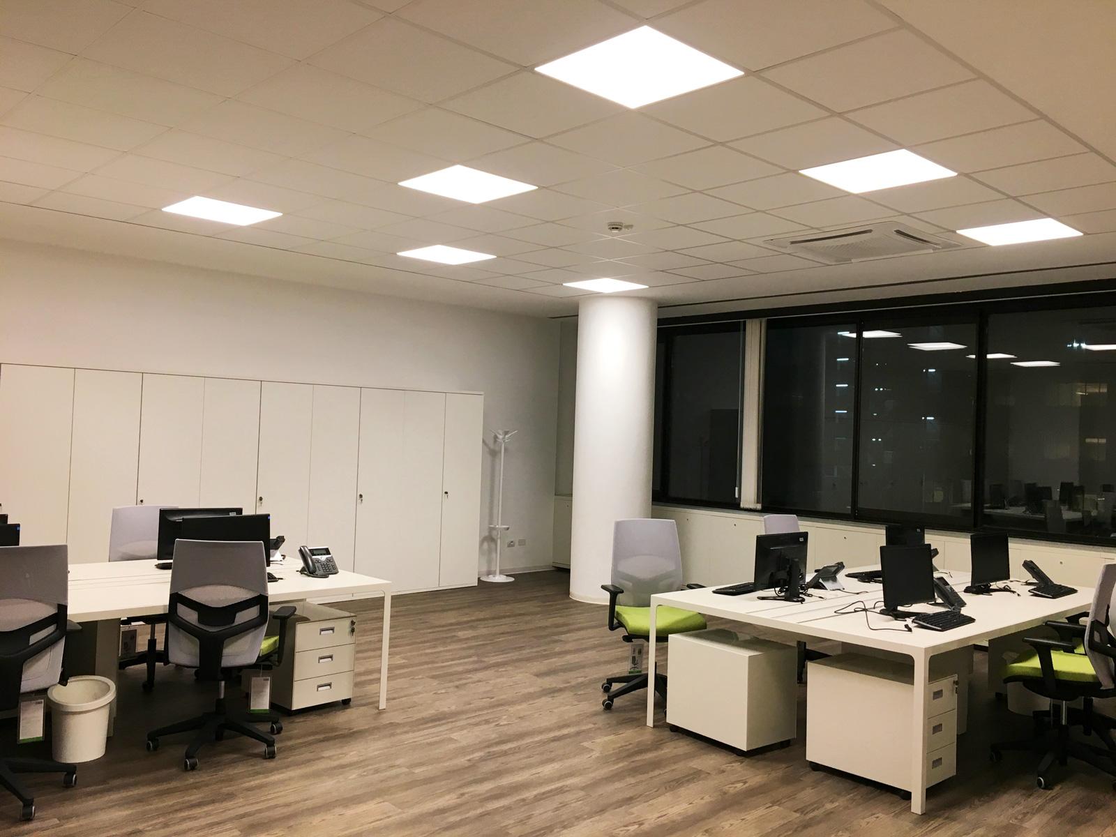Illuminazione con pannelli a led di un grande ufficio in centro a