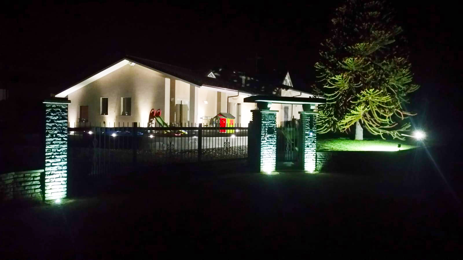 Illuminazione a led dellarea esterna di una villa a manta cuneo