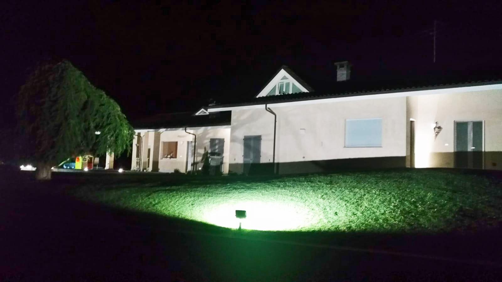 Illuminazione a led dell area esterna di una villa a manta cuneo