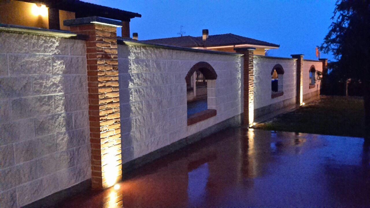 Illuminazione con faretti da incasso a pavimento di muro perimetrale