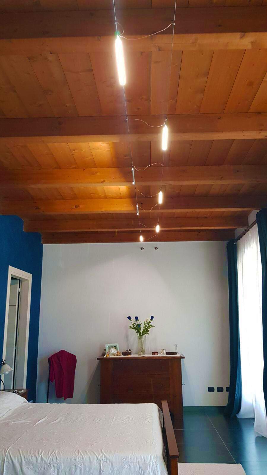 Illuminazione di una camera da letto con tesate a led ...